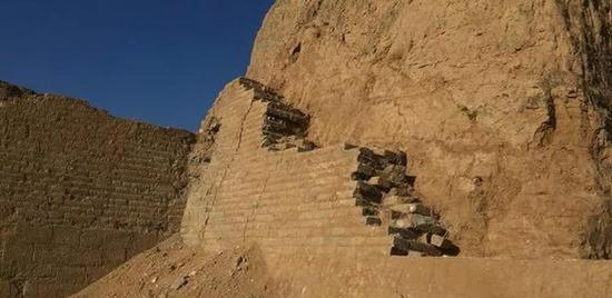 东墙转角处已经修复完毕的城墙。