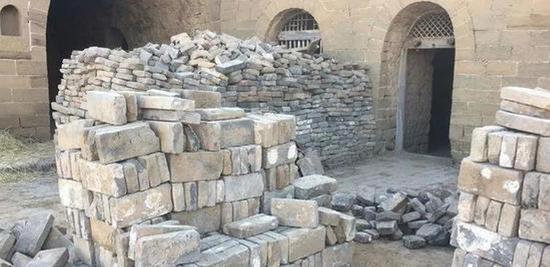 水泥被派上了用场。这是城堡内的一处古建筑