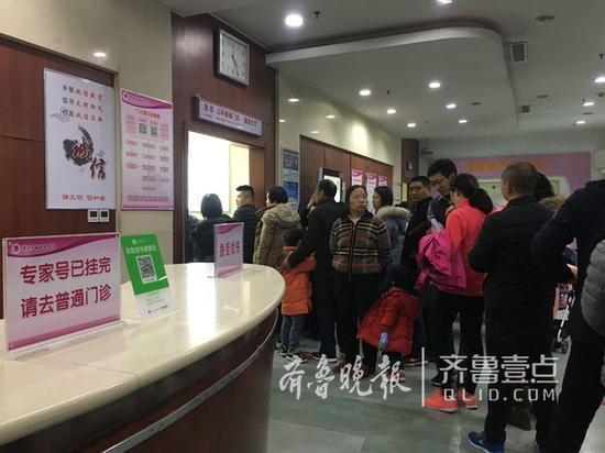 21日下午三点半,济南市妇幼保健院普通门诊外仍在排长队。齐鲁晚报 齐鲁壹点记者 陈晓丽 摄