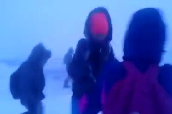 俄罗斯北极圈小学生放学 场面堪比灾难大片