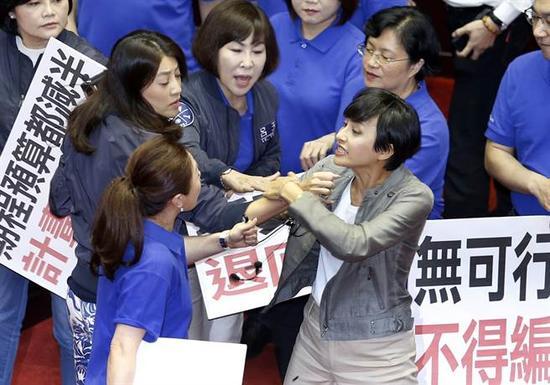 """邱议莹(右前)与""""蓝委""""许淑华、李彦秀等发生扭打。(图片来源:台湾《中时电子报》)"""