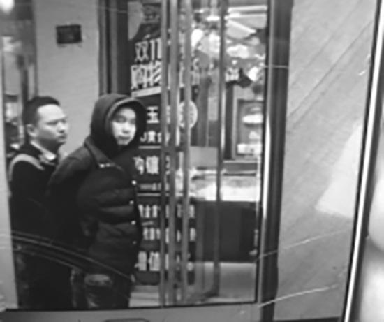 11月21日,抢走金器的嫌疑人宋某亮被警方带到金器店指认现场。受访者供图
