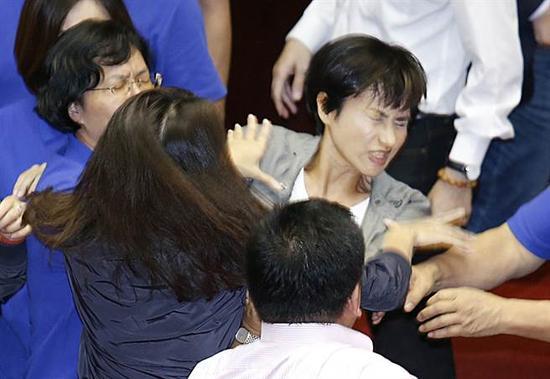 邱议莹遭袭后急往旁边闪开。(图片来源:台湾《中时电子报》)