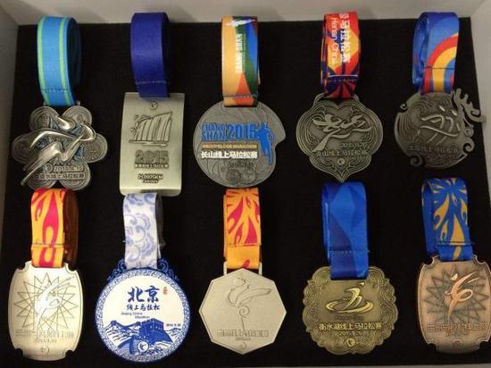 跑友的线上马拉松奖牌。图片来自网络