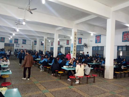 桃江四中学生在食堂就餐,秩序井然
