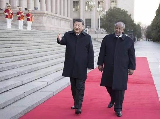 ▲11月23日,中国国家主席习近平在人民大礼堂东门外广场为吉布提总统盖莱举行接待仪式。
