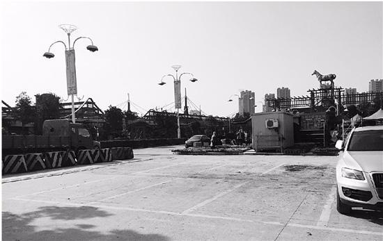 涨价后,花木城停车场内有很多空余车位。