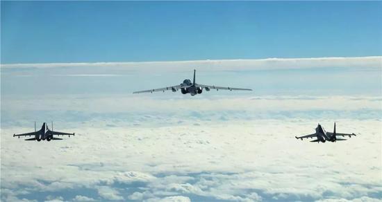 空军轰-6K等多型多架战机克日开展远洋训练。陈劼 摄