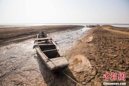 渔船停靠在枯水的鄱阳湖湖洲上。中新网 图