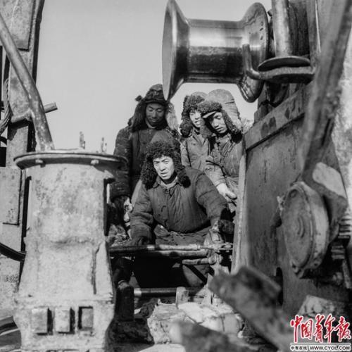 1964年2月,黑龙江省大庆油田,王进喜把手艺教给青年钻工。1966年,王进喜向导钻井队创年进尺10万米的天下钻井纪录。铁矛/摄