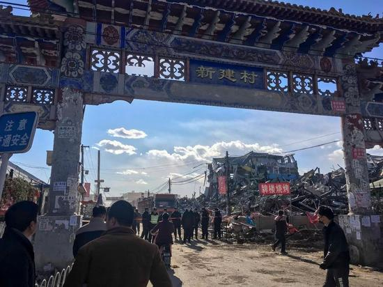 (11月22日,西红门镇新建村牌楼入口,现场已经拉起了封锁线,不能随意进出)