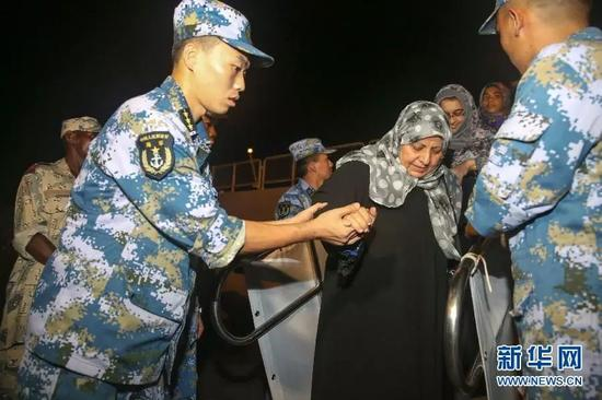 ▲资料图片:2015年,在也门撤侨行动当中,中国不仅帮助本国公民顺利撤离,也向外国公民伸出援手。图为中国海军临沂舰舰员在吉布提港帮助外国公民离舰。
