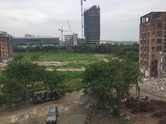 2017年5月下旬,深圳北站前还剩三栋楼,右面两栋中的一栋正在拆除。
