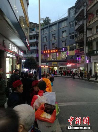 中国地震台网正式测定:11月23日17时43分在重庆武隆区(北纬29.40度,东经107.94度)发生5.0级地震,震源深度10千米。图为地震后在重庆彭水县城民众到街上避险。文/刘相琳 韩璐 网友供图