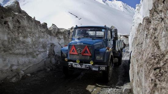 资料图:一辆卡车经过印度斯利那加北部。(来源:印度斯坦时报)