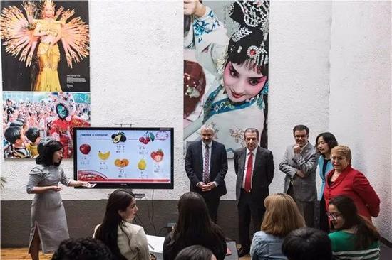 智利总统巴切莱特在孔子学院拉美中心旁听汉语课。