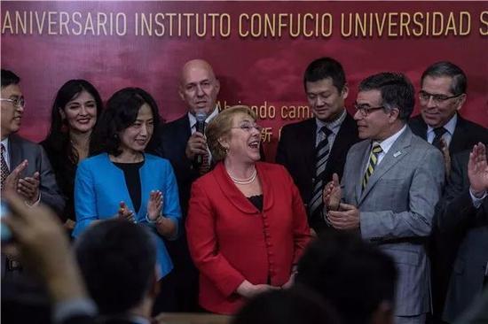 十周年庆典上,智利总统巴切莱特(中),前总统弗雷(右二),孔子学院副总干事、国家汉办副主任静炜(前左二),安徽大学校长匡光力(前左一)等嘉宾合影。