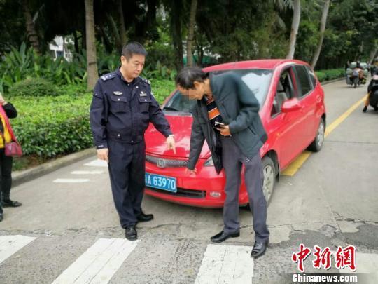图为驾车男子指认事故现场。海口警方供图