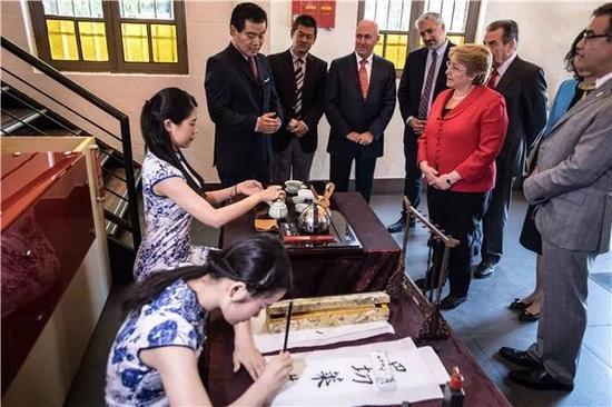 巴切莱特在孔子学院拉美中心观看茶艺表演。