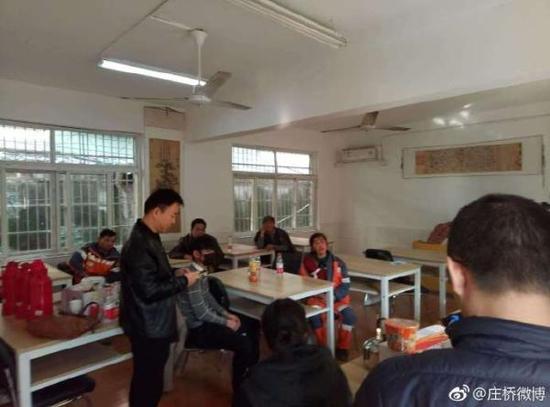 江北区庄桥街道启动了两个避灾安顿点,图为庄桥成人黉舍安顿点。