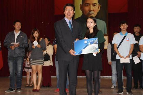 国民党台南市党部25日举办党庆,台南市党部主委谢龙介为新进党员授证,有薪火相传的意味。(图源:中时电子报)
