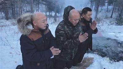 孙氏三兄弟获释后祭拜去世的母亲。受访者供图