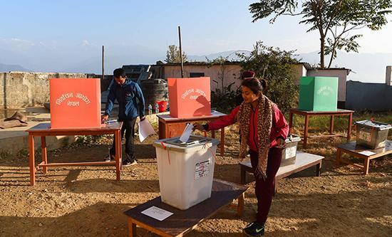 当地时间2017年11月26日,尼泊尔辛都巴尔乔克县,民众参加省级和联邦选举投票。  视觉中国 图