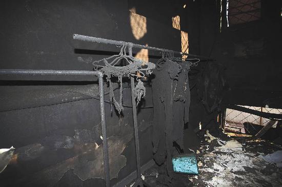 ▲公寓二层楼道里被销毁的衣服。新京报记者 王贵彬 摄 笔墨 裴剑飞
