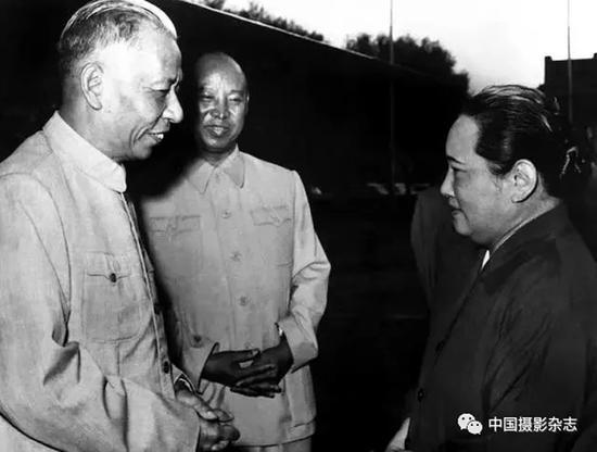 宋庆龄、刘少奇、彭真在一起交谈,1953年 侯波 摄