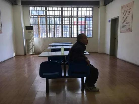 独自坐在救助站里的王旭龙。 黄尖尖 摄