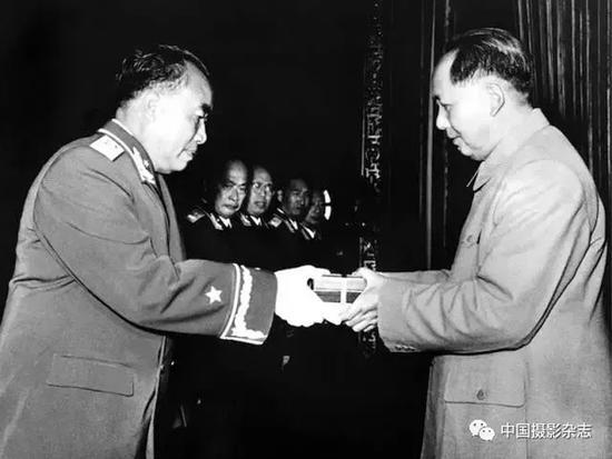 毛泽东向朱德授元帅军衔,1955年 侯波 摄