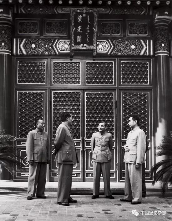 毛泽东、朱德、周恩来、陈云在中南海紫光阁,1954年 侯波 摄
