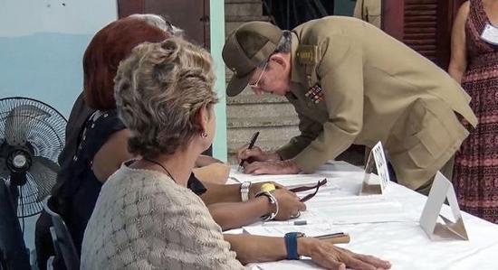 当地时间2017年11月26日,古巴哈瓦那,古巴领导人劳尔・卡斯特罗在一个投票站准备市政选举投票。 视觉中国 图