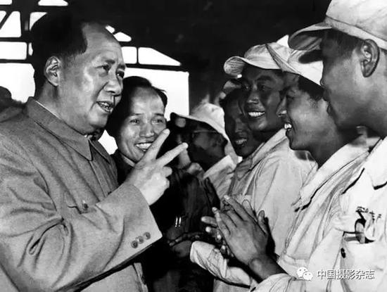 毛泽东在安徽钢厂,1957年 侯波 摄