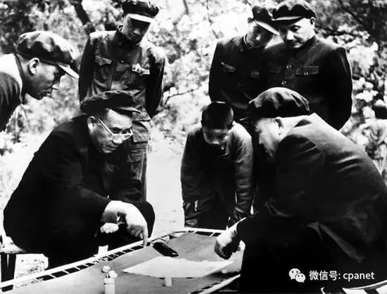 朱德、彭德怀相持不下,邓小平观战不语,1952年 侯波 摄