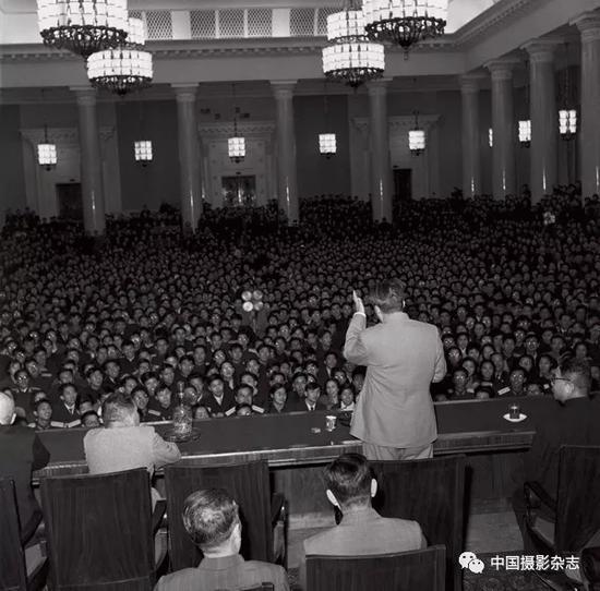 毛泽东在莫斯科大学给中国留学生讲话,1957年 侯波 摄