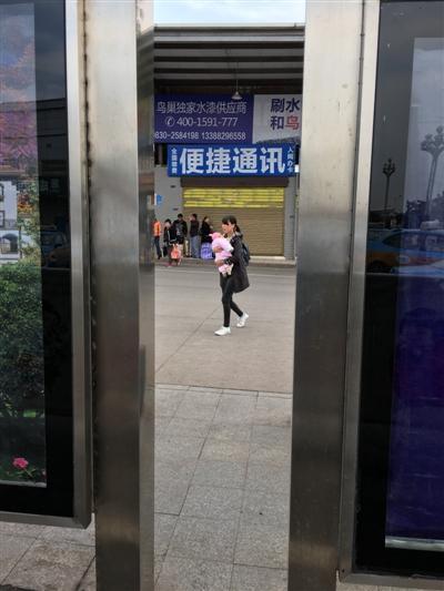 刘小侠就在这个公交站台卧底偷拍对面通讯小店的纸盒碰瓷