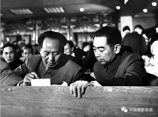 毛泽东、周恩来在第一届人代会上 侯波 摄
