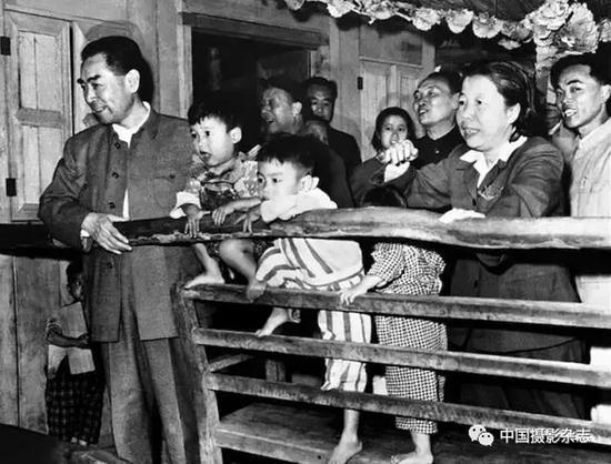 周恩来在海南岛华侨农场托儿所,1960年 侯波 摄