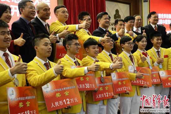 11月21日,第44届世界技能大赛参赛总结大会上,部分获奖选手和技术指导专家等合影留念。中国青年报・中青在线记者陈剑/摄