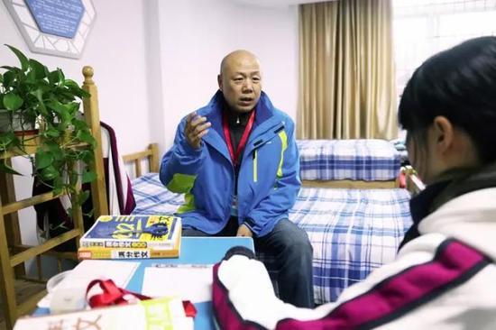 在困境儿童眼里,李福强就像是慈爱的爸爸。 朱良城 摄
