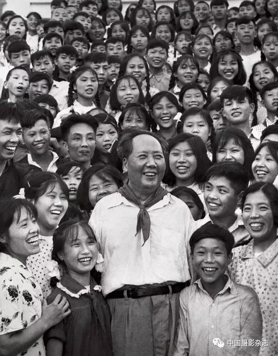 毛泽东和韶山中学的师生们,1959年 侯波 摄