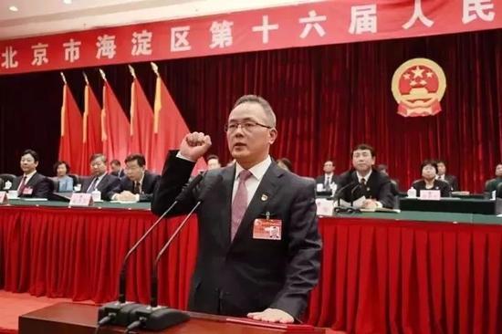 戴彬彬在进行宪法宣誓。