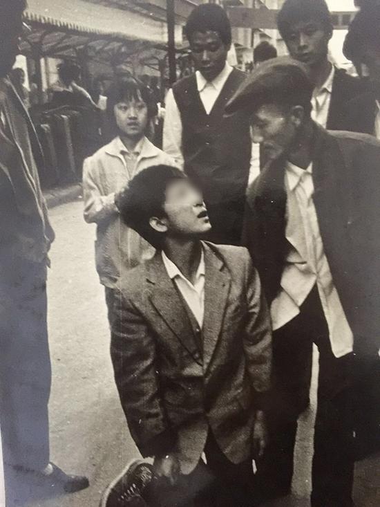 一名小偷被张斌抓获后跪地求饶。当事人供图