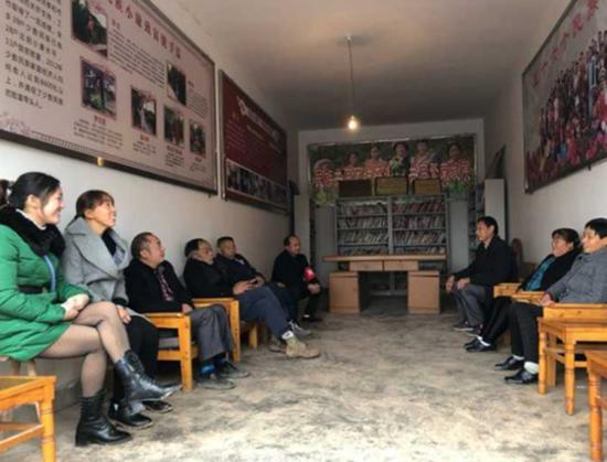 红白理事会成员和村上干部一起开会。 本文图片均来自封面新闻