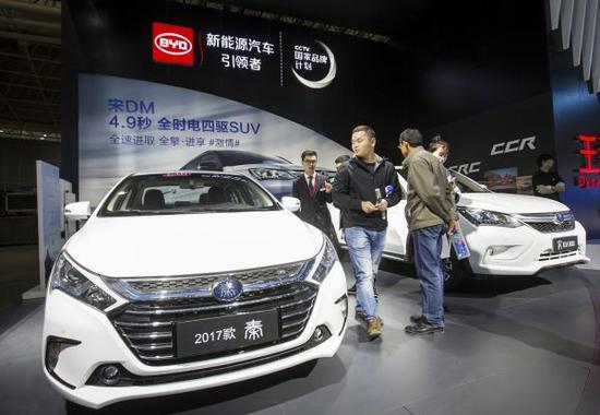 资料图:观众在武汉国际车展上参观比亚迪新能源汽车。新华社发
