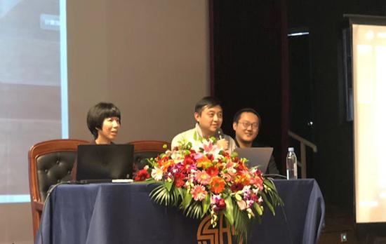 上海棋院副院长刘世振(中)、女子围棋世界冠军芮�伟(左)进行现场讲解。校方供图