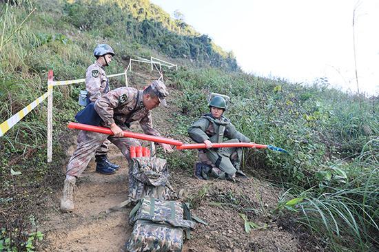 官兵们采用把扫雷爆破筒收尾相接、逐次爆破推进的方式进入雷场。