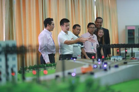 资料图片:2017年9月19日,泰国教师来华学习交流高铁技术。新华社发