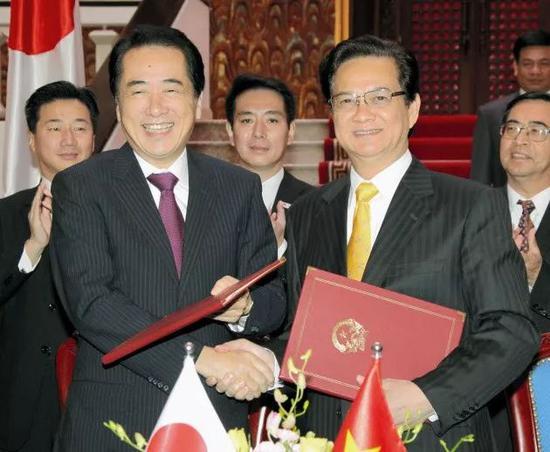 ▲2010年日本与越南政府就建设核电站达成协议,图为时任日本首相菅直人(左)与时任越南总理阮晋勇(右)。(日经新闻网)